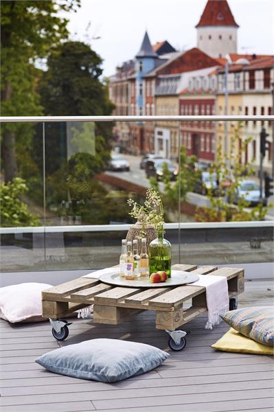 Grand table basse de jardin en palette sur roulettes 120x80cm - Table avec palette sur roulettes ...