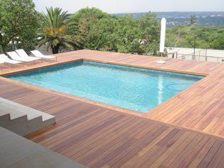 Bois exotique pour terrasse et jardin tenue d 39 jardin for Piscine hors sol en teck