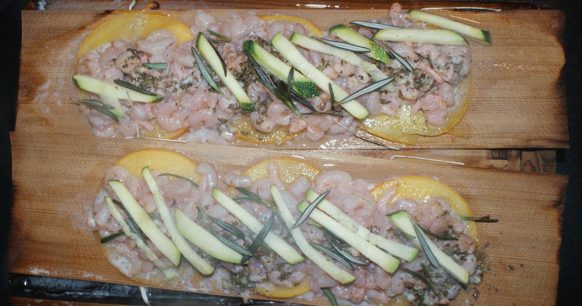 Crevettes avec l'ail, herbes et citron-vert, enveloppé dans une feuille de cèdre