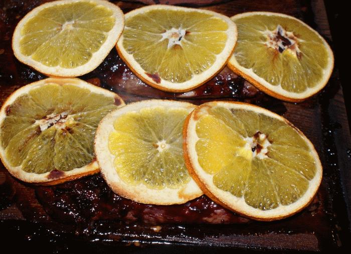 Magret de canard à l'orange sur la planche de cèdre